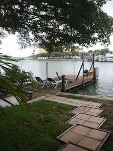 #1 Isla Vista Waterfront 1 Bedroom - Lakás