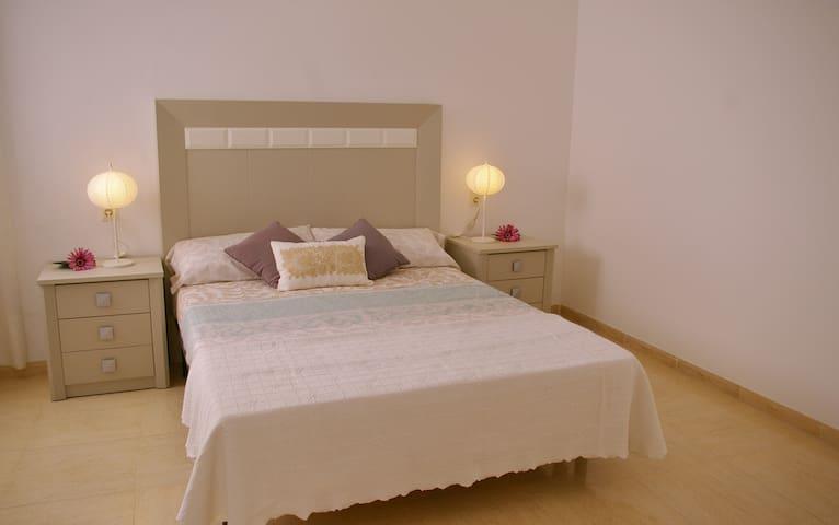 Habitación con cama de matrimonio.