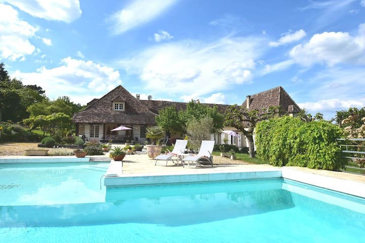 Luxurious Mansion in Aquitaine with Swimming Pool