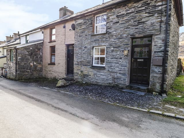 19 CWMORTHIN ROAD, with open fire in Tanygrisiau, Ref 965483