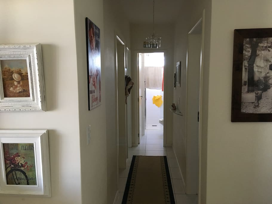 Corredor (Acesso ao quarto e ao banheiro no final do corredor)
