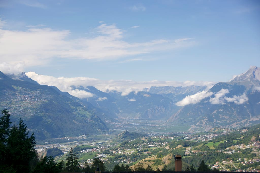 Vue de la terrasse sur la plaine du Rhône et les Alpes en été