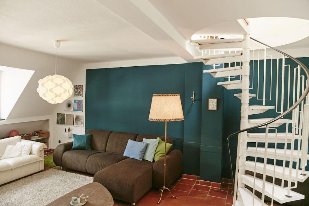 Wohnzimmer mit Wendeltreppe zu Schlafzimmer 1. Das Wohnzimmer wird nur von den Gästen des Schlafzimmers genutzt.