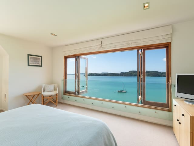 Tangaroa Retreat - Parekura Bay Holiday Home