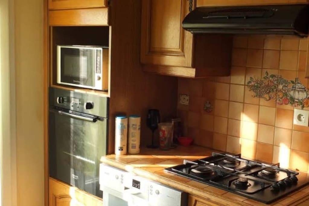 kitchenette+ frigo+microonde et ustensile de cuisine.