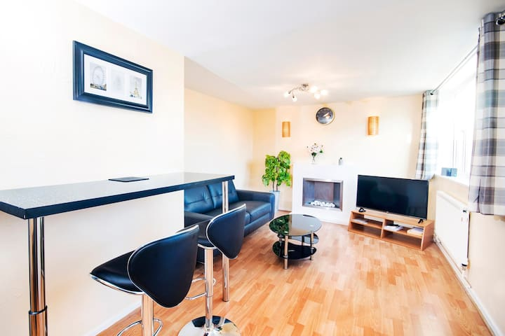 CITY CENTRE ★ FREE PARKING ★ 2 BED HOUSE ★ MODERN
