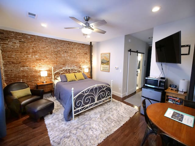 PRIVATE Suite & Entrance w/ Kitchenette - Old Town