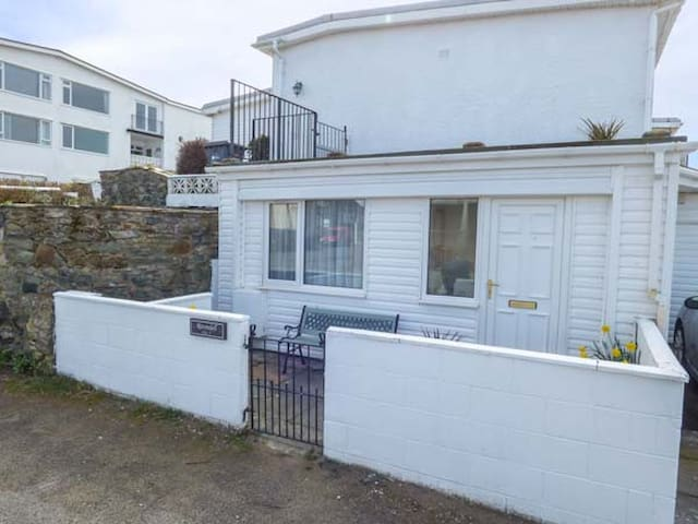 APARTMENT 2, with a garden in Rhosneigr, Ref 4091