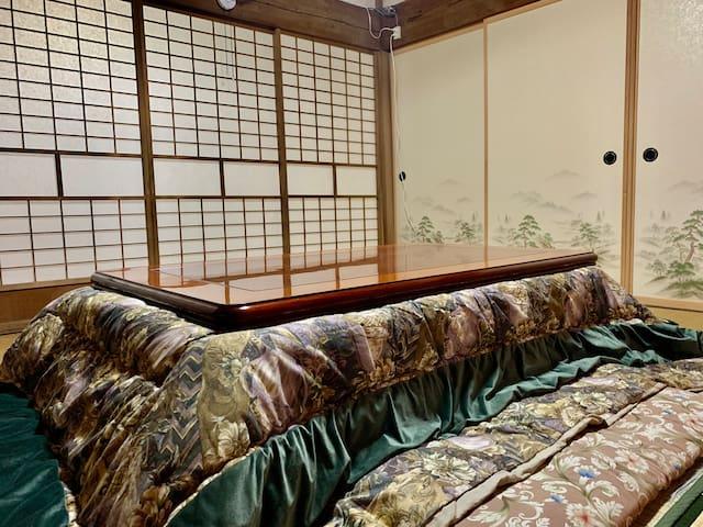 冬は炬燵として利用できます。Four heating kotatsu tables around the house.