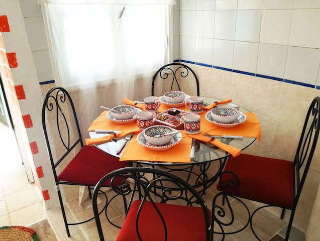 coin repas tunisien, là où une collection de fruits frais de la saison vous sera offerte/  Your tunisian dining area, where a welcoming collection of fresh seasonal fruits will be waiting for you