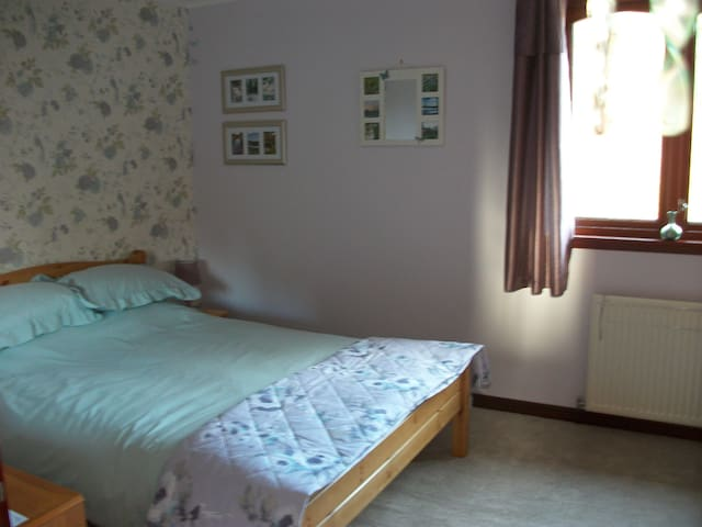 2nd Double room in quiet location - Forres - Bed & Breakfast