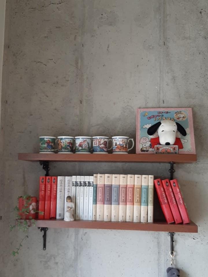 '잇다'의 공간은 감성카페분위기의 거실과주방 편안한 북카페 삘 2층, 깔끔한 침실로 구성