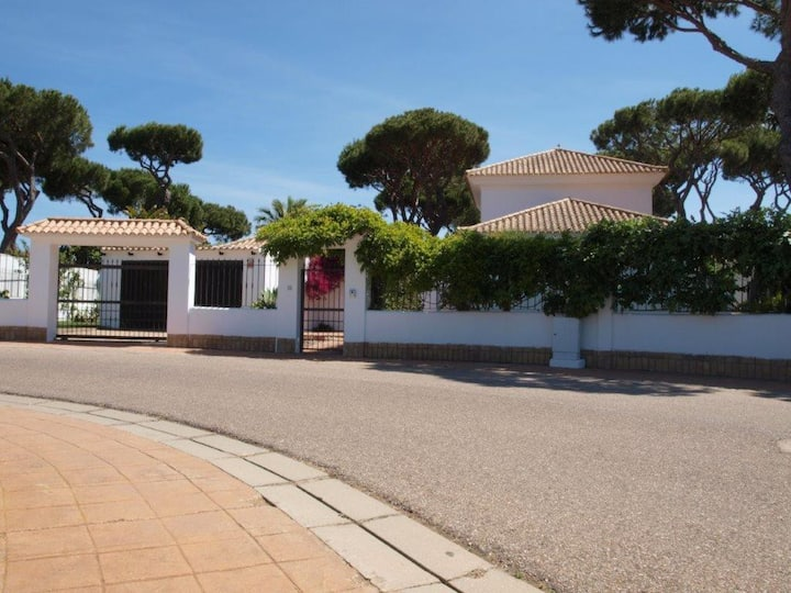 5 bed villa with huge gardens, pool and games room