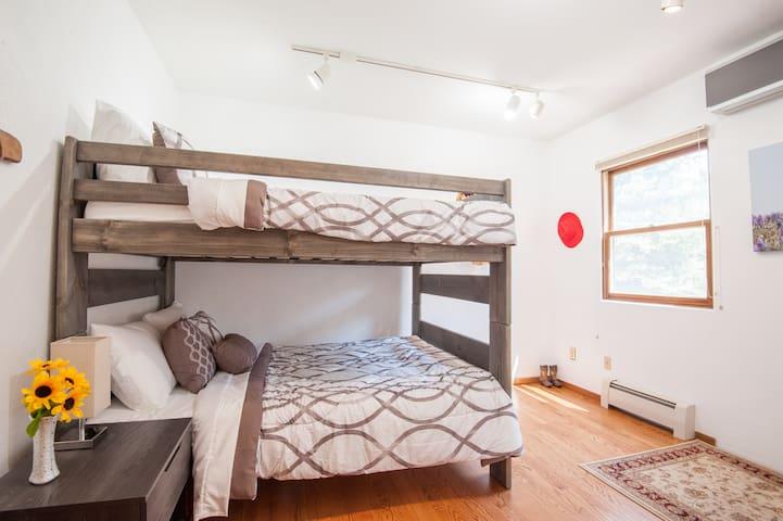3rd bedroom: Full size bunk (sleep 4)