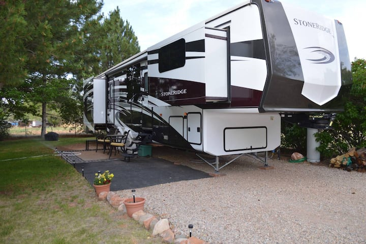 Outdoor Glamping : Large 5th Wheel Setup OK4A
