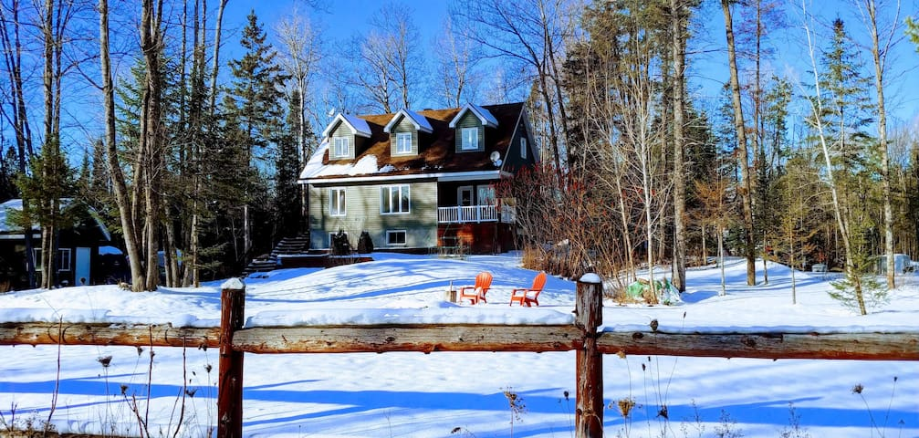 Family Ski Chalet w/hot tub, 15 mins from the city