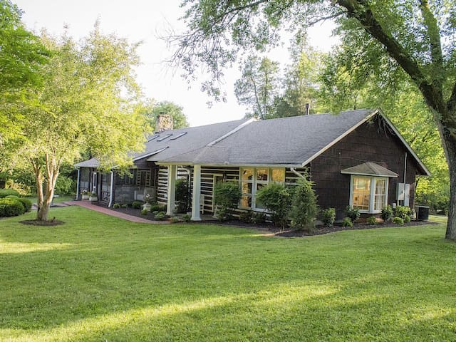 Historic Birdsong Lodge Conveniently Located to Downtown Nashville and with an outdoor pool!