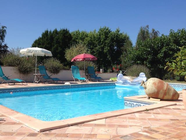 Gîte à la campagne avec piscine.