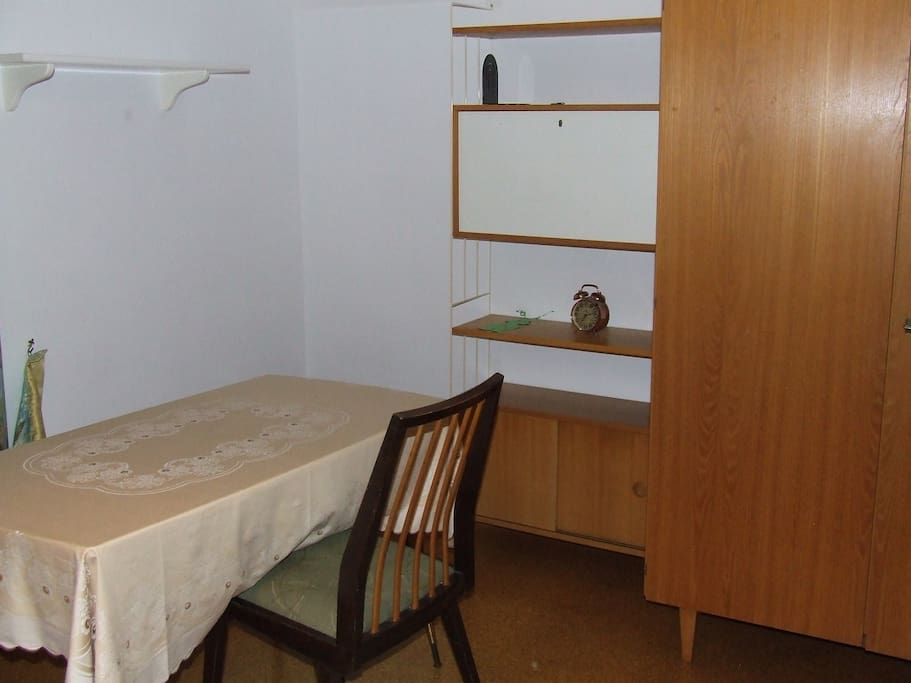 Tisch zum Arbeiten und Schrank für Kleidung, Regalflächen