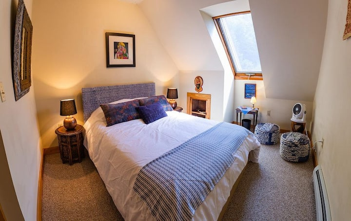 Tucked away in Foothills of Vermont (Blue Indigo Room w/ skylight)