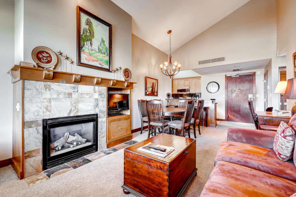 Open-concept @ the base of Canyons / Gas Fireplace / HDTV w Cable / Free Wifi