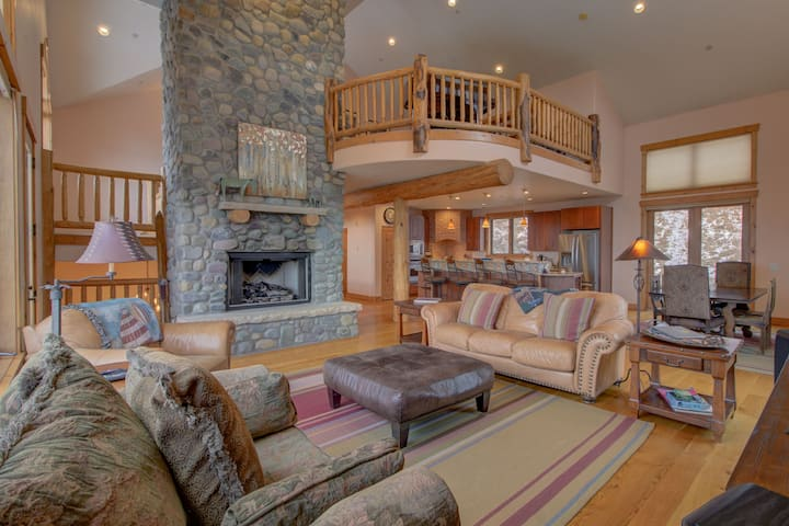 Stunning 4 Bedroom Plus Loft Home with Private Hot Tub and Amazing Mountain and Valley Views - Steamboat Haus