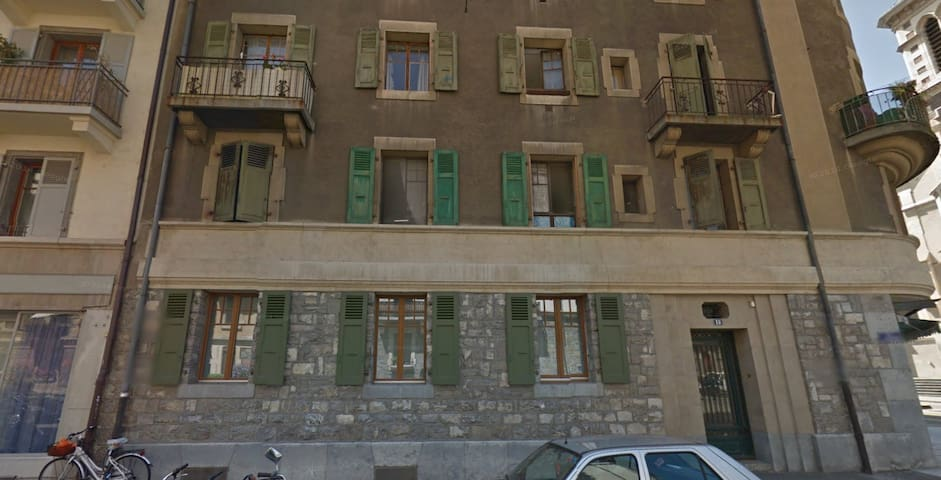 Spare room in the apartment close to train station - Genève - Apartmen