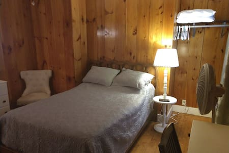 Swanzey cottage room
