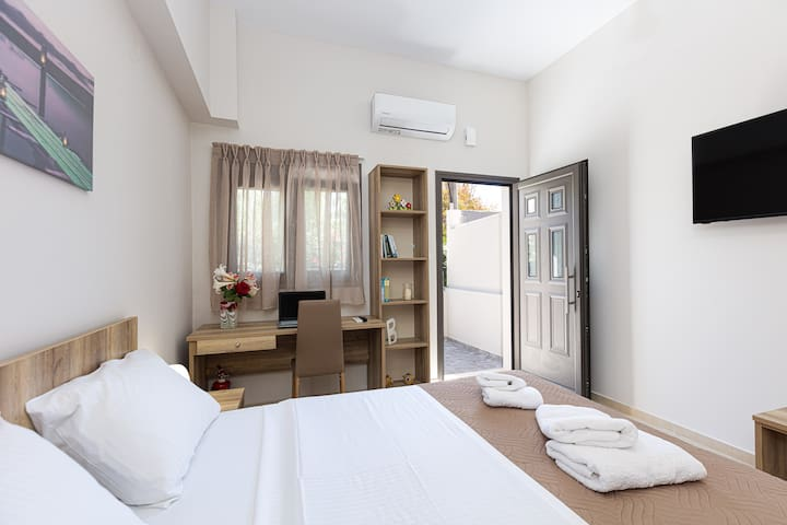 The comfortable bed, the desk, air-condition, smart TV (with Netflix app) are among the amenities that secure a comfortable stay.