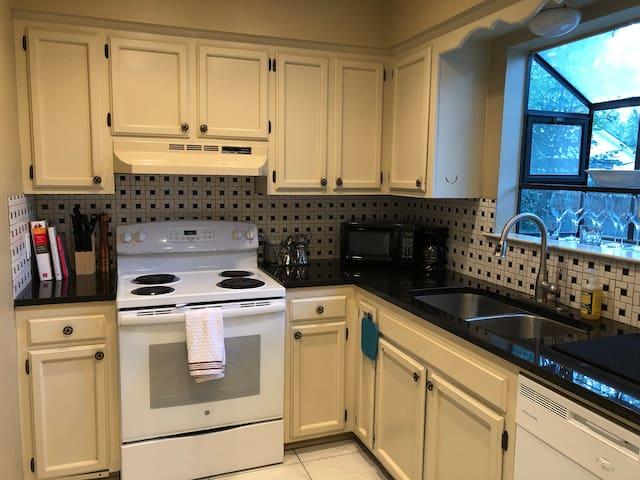Cozy 2BD/1.5BA Town-home in Vibrant Mid City!