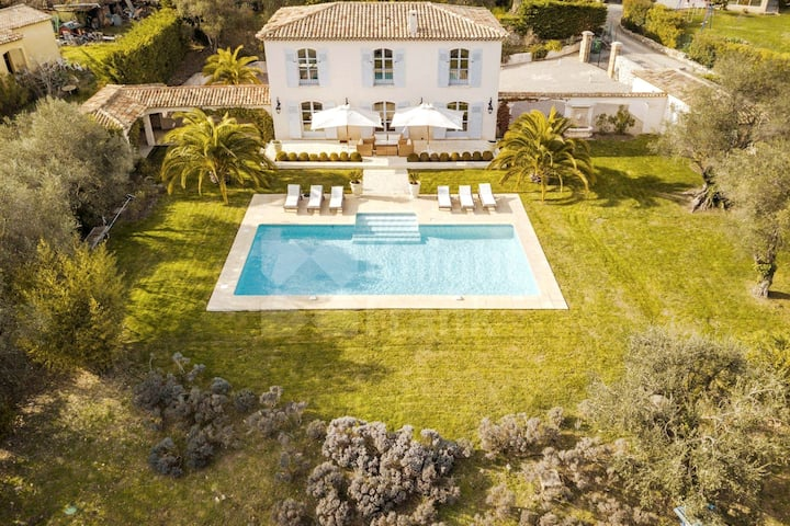 Exclusive 200 m² property with pool near Valbonne