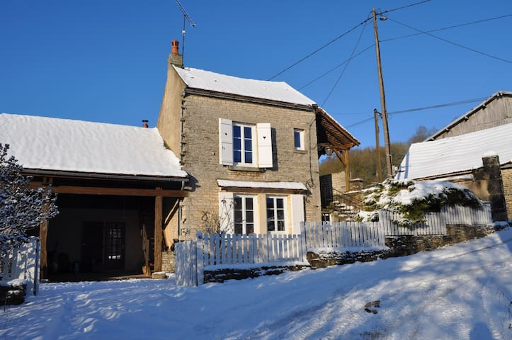 Rustic studio in village farmhouse. - Saint-Germain-lès-Senailly - Inap sarapan