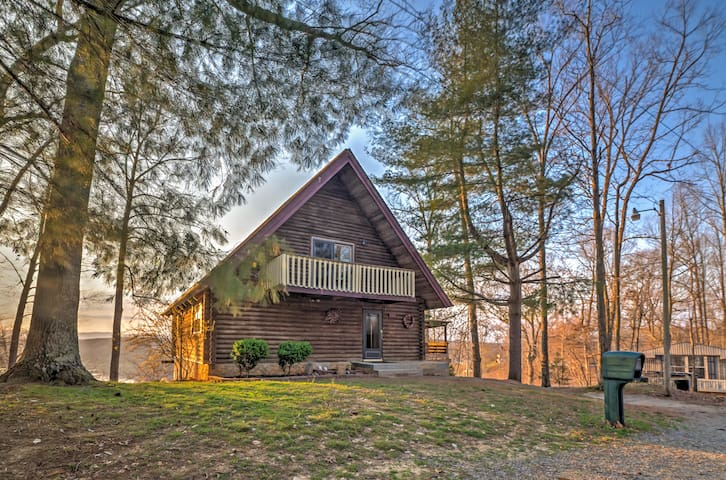 'The Roost' Rustic Lakefront Cabin w/ Game Room!