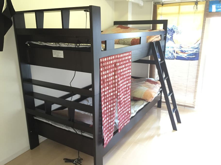 Bunk bed.  Up to 4 people can stay. It is suitable for group travel between friends.