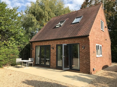 Contemporary Cottage outside South Harting