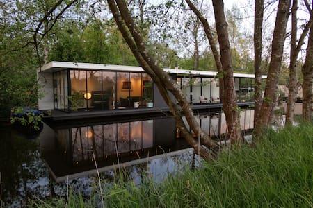 Luxuriöse moderne Wasservilla in Giethoorn