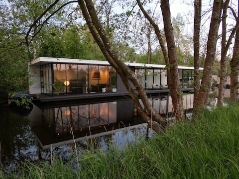 Luxury modern water villa Intermezzo at Giethoorn
