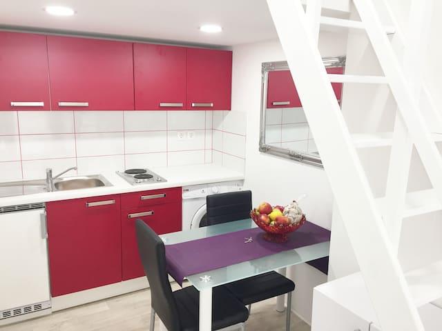 New, modern studio for 2, city centre+ parking