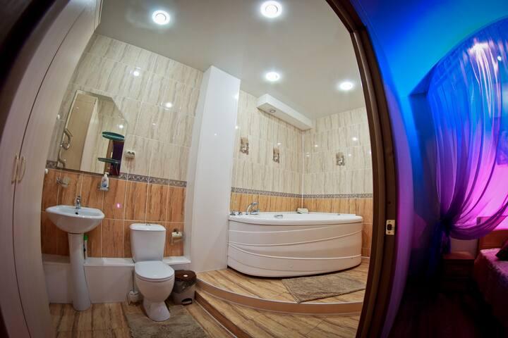 Уютный гостиничный номер с джакузи
