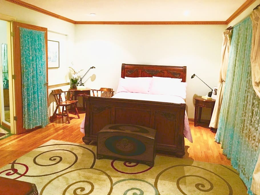 #201 Spacious, bright and comfortable upstairs big room, queen size wood bed & bath , provide crib 。