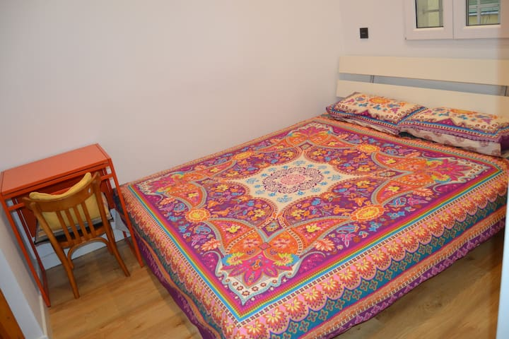 Quiet and sunny double bedroom near Madrid Centro.