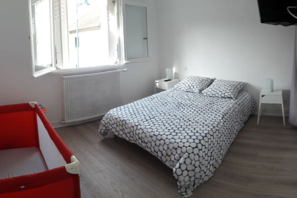 chambre 1 avec lit parapluie pour bebe