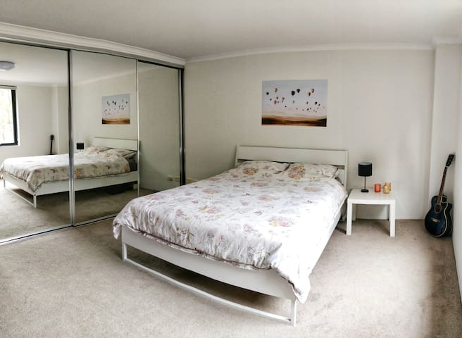 Beautiful room with ensuite 10 min from CBD