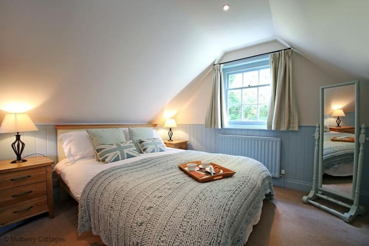 Sawmill Cottage Sleeps 2, For romance in the city stay at this delightful country cottage at a stone's throw from The Pantiles in Royal Tunbridge Wells.