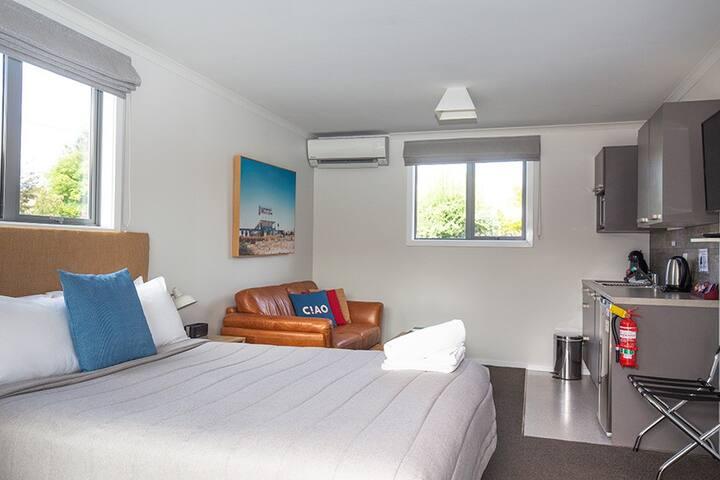 34 Mackenzie Apartments - Studio Queen unit 4
