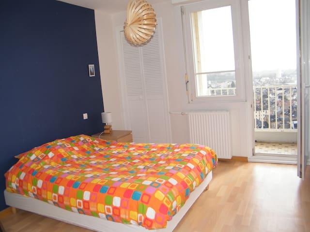 Chambre agréable avec balcon et vue panoramique - Charleville-Mézières - Apartamento