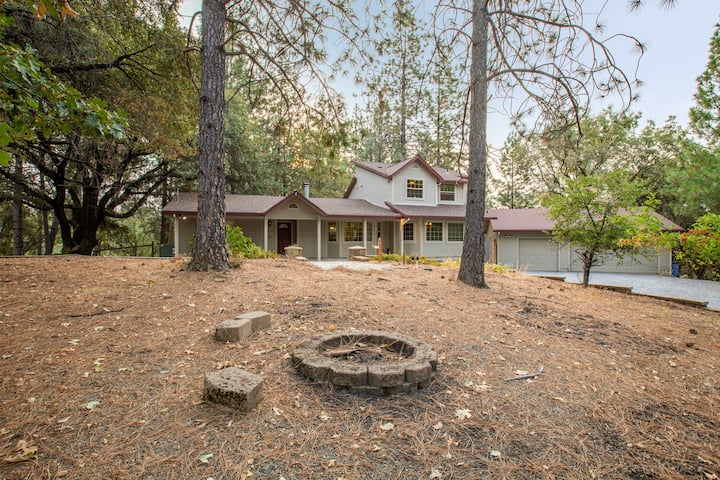 Mountain Retreat with Hot Tub & Pool Table - Just over 1 hour to Squaw Valley Resort!