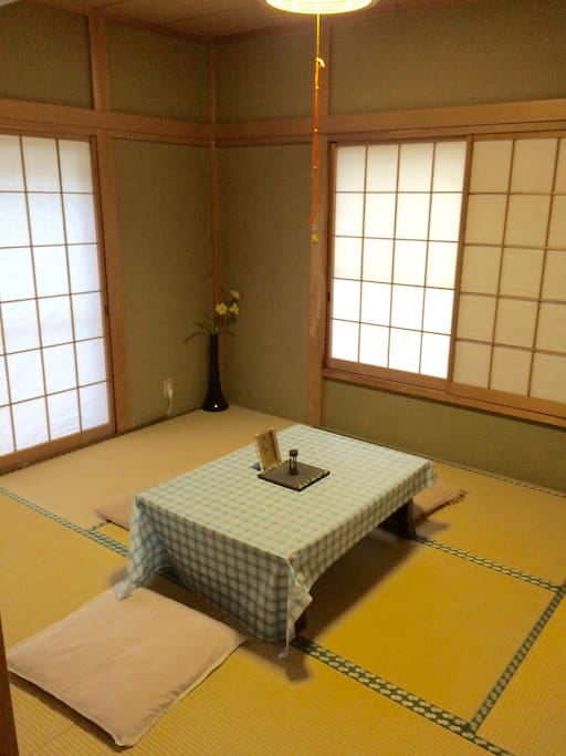 It's a Japanese-style room. A futon will be pulled in the evening, and it's a Japanese-style bedroom.和室です。夜は布団をひいてベッドルームになります。