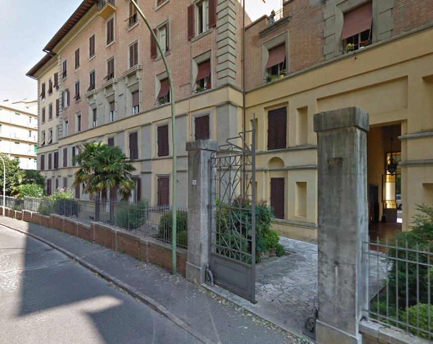 L'entrata dell'abitazione.viale 24 maggio 28.palazzo storico. main entrance. Enters park ladder 2, Prof..Castellani  at 3 floor.