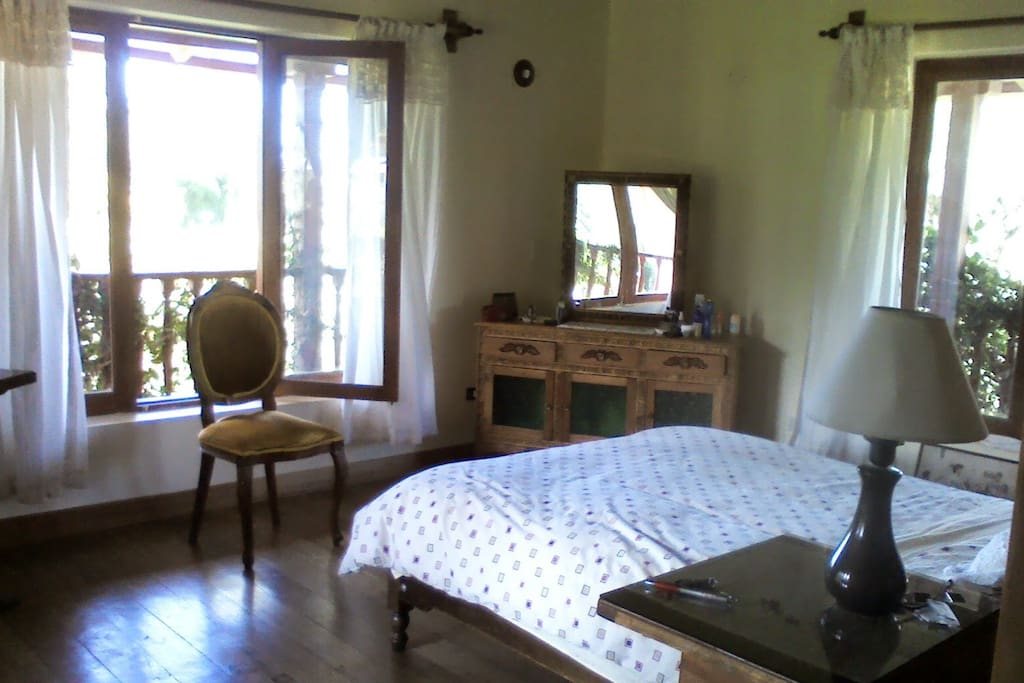 Amplios dormitorios con baños propios.
